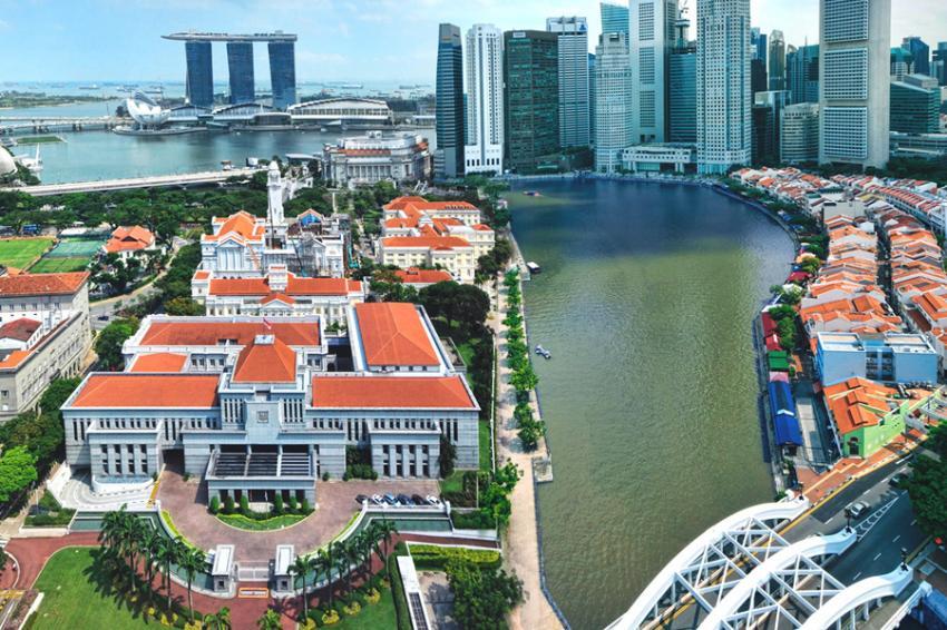 Parlamento de Singapura com o centro - Foto: William Cho (Licença-cc-by-sa-2-0)